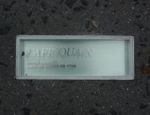 Mémorial à l'abolition de l'esclavage de Nantes : Une plaque, une petite, au-dessus. Pas très lisible non plus...